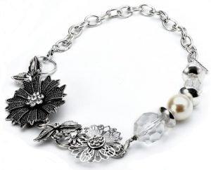 Collier fantaisie en métal argenté orné de perles de nacre et de breloques papillons