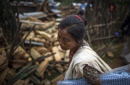 757722-une-rescapee-du-seisme-au-milieu-des-decombres-le-30-avril-2015-a-gorlha-au-nepal